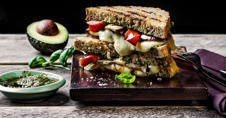 Vegetar-ostesmørbrød med Norvegia® vellagret, aubergine, pesto og avokado | Oppskrift | Meny.no