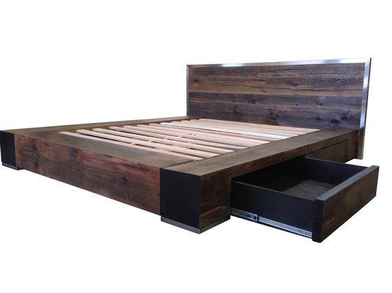 Lépopée transforme lit Noir patinée récupéré bois en un chef-dœuvre contemporain audacieux qui est à la fois beau et pratique. Fortes lignes modernes mettent en évidence les énormes rails carrés tandis que le chevet tamisée foncé accentué avec une bordure en acier inoxydable en option offre un contraste magnifique. La riche patine du bois récupéré est donnée un bord industriel avec la 1 » pieds inox plate-forme sous les coins avant du pied de lit. Tous ce style cache quatre massifs 24 «…