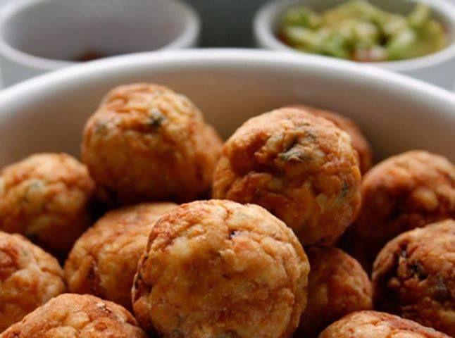 250 g de peito de frango bem picadinho  - 2 colheres (sopa) de cebola picadaver vídeo  - 1 talo de salsão picado  - 1 dente de alho picadover vídeo  - 3 azeitonas picadas  - 2 fatias de pão de forma picadas  - 1 ovo  - ramos de ervas frescas ou 1 colher (sopa) de ervas secas (manjerona, salsinha, orégano, tomilho, alecrim)  - caldo de legumes em pó (ou sal)  - pimenta do reino moída na hora  - 2 colheres (sopa) de farinha de trigo  - óleo para fritar