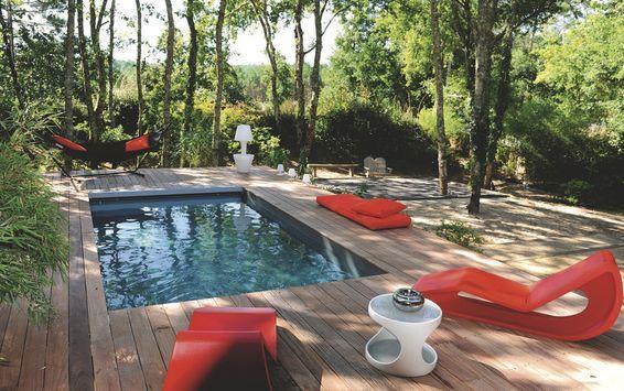 Elle a tout d'une grande, cette piscine rectangulaire de seulement 6 x 3 m qui s'invite avec astuce et élégance dans la pinède. À partir de 9 321 euros, Piscinelle. En savoir plus sur http://www.cotemaison.fr/piscine-spa/piscine-des-mini-bassins-tendance_24919.html#GxUBtV8F0RkzKGPr.99 Piscine : des mini bassins tendance -