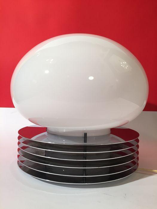 Italië, Milaan, jaren 1960, Tronconi tafellamp, Perzisch ringen, gestapelde schijven in glanzend roestvrij staal, geblazen glazen opaline kom van de hoogste kwaliteit, een mooie melkachtige kleur. Uitstekende staat van instandhouding, geen merken of gebreken. Afmetingen: 32 x 35 cm.