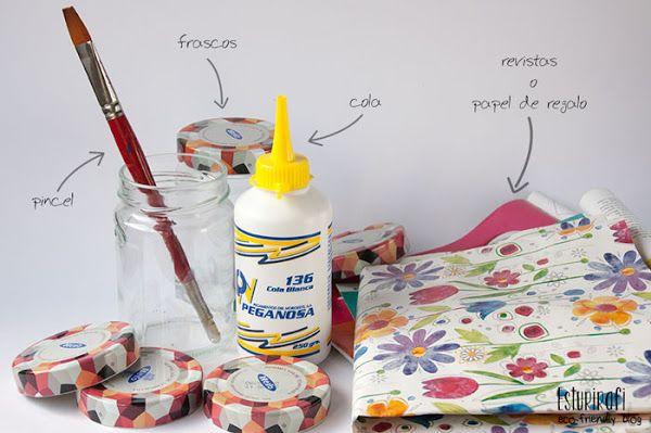 Qué necesitas para esta manualidad: Frascos de vidrio con tapa Revistas o papel de regalo que te haya sobrado de Navidades ;) Cola blanca o pegamento  Un pincel Tijeras