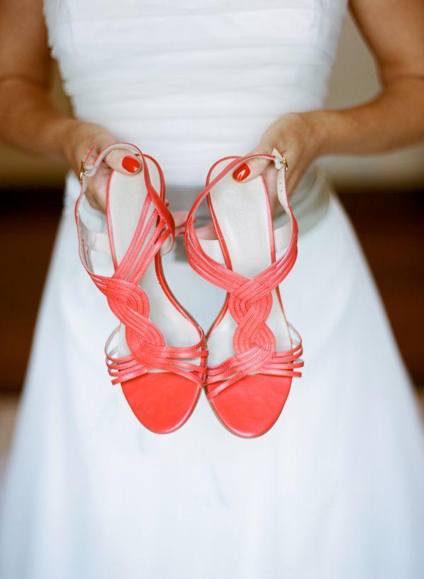 Novia con zapatos en color naranja de Navyboot {Foto, Miguel Varona} #zapatosdenovia #bridalshoes #tendenciasdebodas
