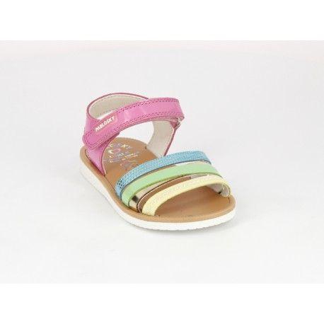 Sandalias de charol de niña , ideales para combinar con todo tipo de estilos. Modelo cómodo y ligero para el día a día con cierre de velcro para una mejor sujeción