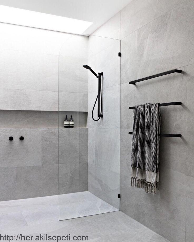 Eigenes Badezimmer Mit Dachfenster Grauen Fliesen Schwarzen Wasserhahnen Und Rahmenlosem Glas Modern Bathroom Design Modern Bathroom Bathroom Interior Design