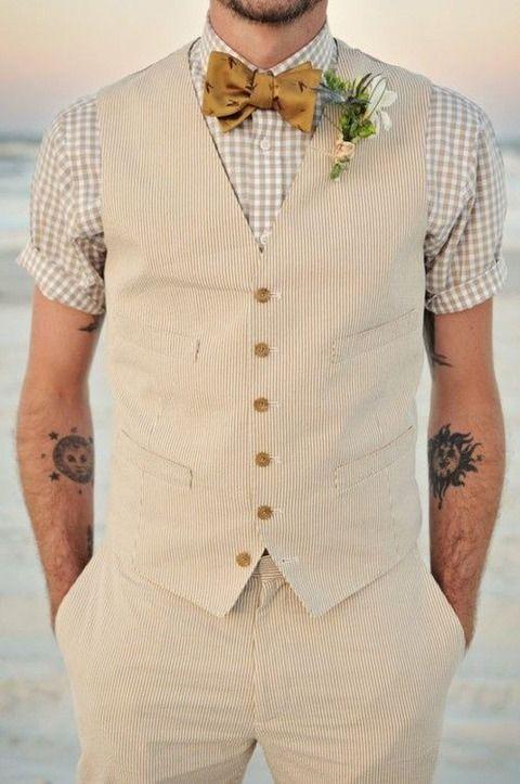 首元は鮮やかに♪ベージュのギンガムチェックのシャツとイエローの蝶ネクタイがベストマッチ☆結婚式の参考にしたい着こなし!