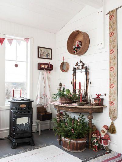 Till första advent är det julstämningen i varje vrå. Adventsljusstakar och stjärnor sprider ett stämningsfullt sken och glasverandan är vackert pyntad med juläpplen i fönstren, julgran och julpynt från förr i tiden. En gasolkamin värmer skönt inne i den ombonade verandan. Glasverandan är 18,5 kvadratmeter stor och kostade cirka 60 000 kronor att bygga.