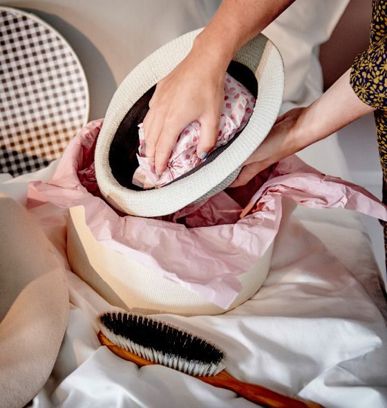 OS CHAPÉUS DE ABA LARGA devem ser escovados antes de os guardar voltados ao contrário em caixas. Coloque lenços de papel no interior para que mantenham a forma.