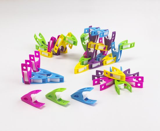 Small Pegs play improves children;s fine motor skills by clipping the pegs together to make patterns or to build structures. The pegs can also be used to hang early years artwork #edxeducation #learnbyplay #finemotorskills