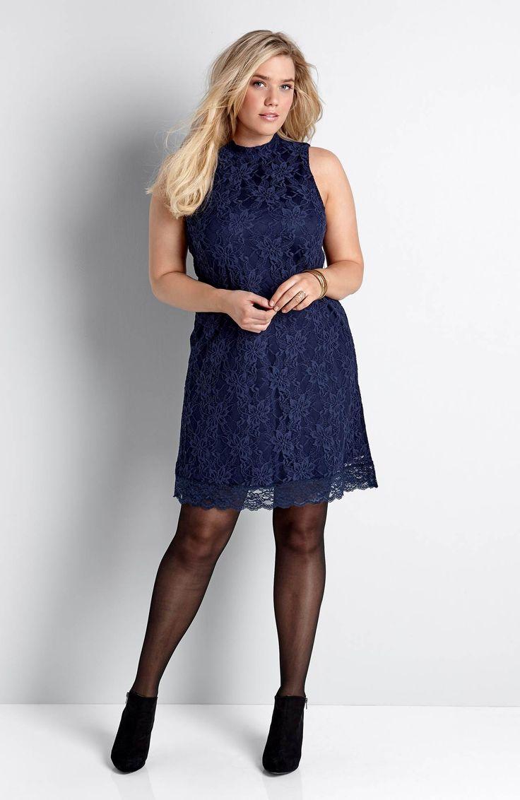 Przepiękna, koronkowa sukienka z niewielkim kołnierzykiem, marki Happy Holly, 189 zł.