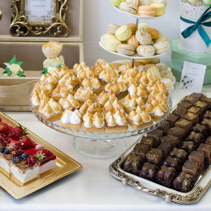 Iti poti incanta fiecare invitat cu ajutorul unui Candy Bar tematic, pe care ti-l putem aranja la petrecerea nuntii tale, cu ajutorul produselor personalizate manual cu detalii specifice.