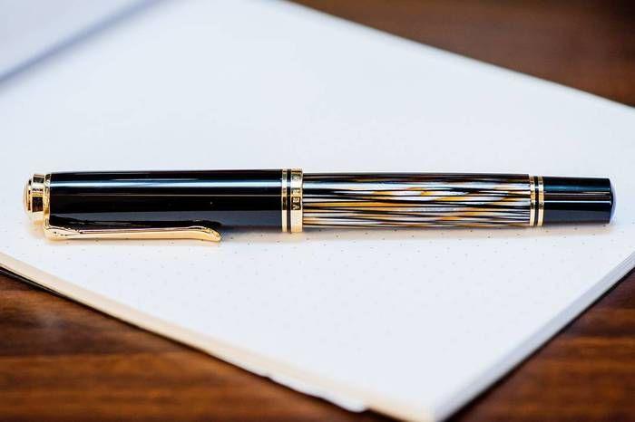 万年筆ファンからも大人気の「ペリカン」の万年筆。ペリカンの万年筆は、シンプルなデザインや書きやすさが魅力。170年以上たった今でも世界中で愛されていて、世界の著名な作家も愛用している人気と実力を兼ね備えた万年筆です。