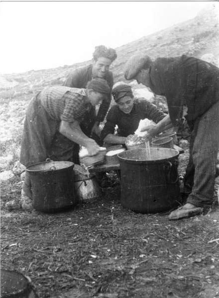 Comune di Roccacasale: Pastori che fanno il formaggio (1950)