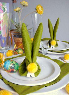 Dæk et fint påskebord med påskehare-hoveder foldet af en serviet. Læg gerne en ekstra serviet ved hver kuvert, så harerne kan pynte på bordet, mens der spises