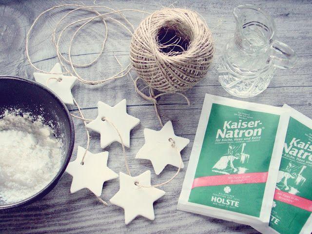 Hübsche reinweiße weihnachtliche Sternanhänger ganz schnell selbst gemacht aus falschem Prozellan - ich verrate euch wie!