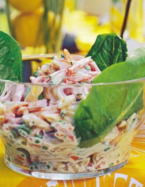 Italiansalaatti on monen rakastama pastasalaatti, jonka maun salaisuutena on majoneesin tyyppinen kastike. Perinteinen italiansalaatti sopii niin arkeen kuin juhlaan.