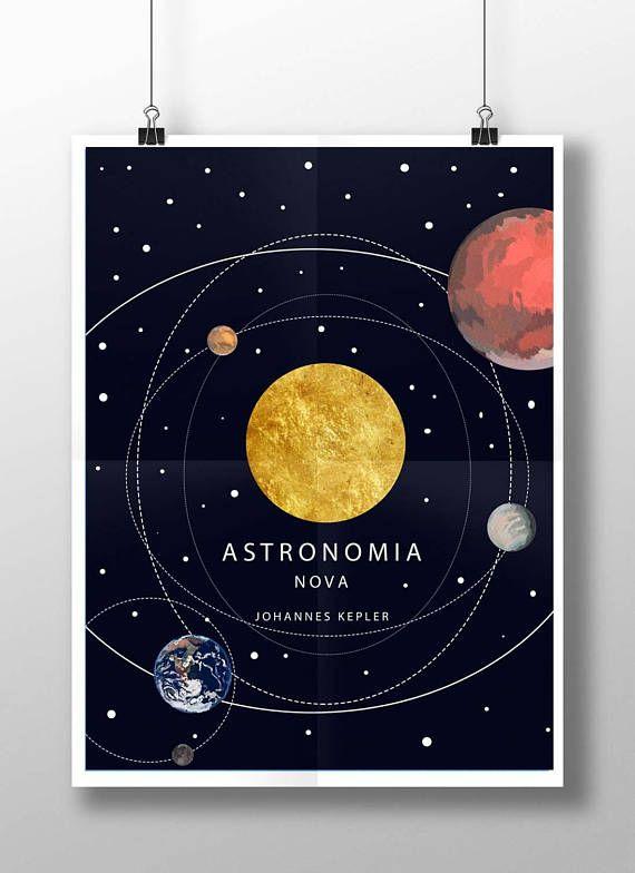 Astronomia Nova est un livre écrit par Johannes Kepler qui explique l'enquête de dix ans de l'auteur vers le mouvement de Mars. L'un du livre le plus important dans l'histoire de l'astronomie. -tailles d'affiche: 11 par 17 18 x 24 Un grand cadeau avec impression impecable.