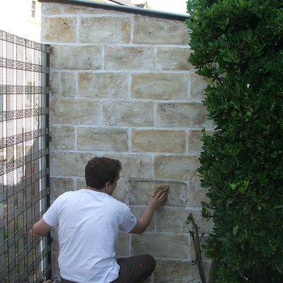 Etape 20 : Revenir très légèrement avec l'éponge naturelle humide sur quelques pierres, les plus prononcées en teinte, afin de les adoucir en leur donnant un aspect alvéolé.