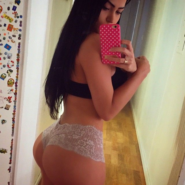 brazilian girl escort sentando