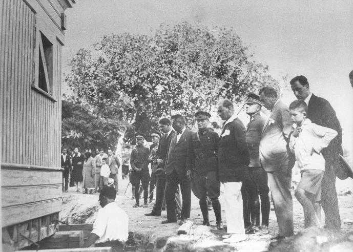Atatürk- AĞACI KESEMEZSİNİZ, KÖŞKÜ KAYDIRIN !'' dedi ve kestirmedi.. İşte İNSAN, işte KAHRAMAN , işte ÇAĞLAR ÖTESİ LİDER .