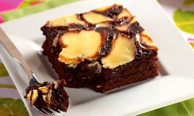 Aqueça o forno a 180 ºC. Em um recipiente ponha a mistura para brownie, o purê de maçã, 2 claras e a água. Misture bem até formar uma massa homogênea. Transfira para uma assadeira de 18 cm x…