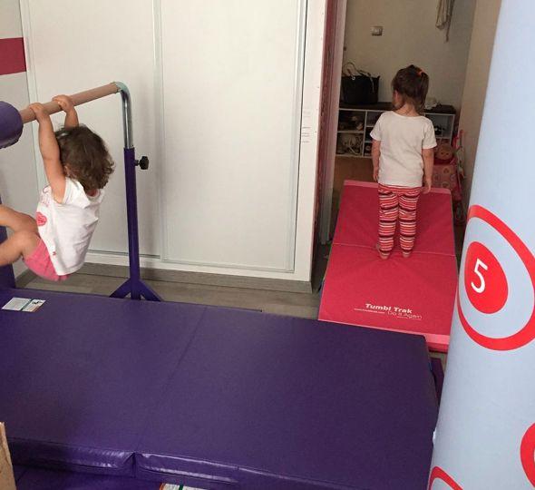 La barre et les tapis de gymnastique sont des équipements sportifs qui permettent aux enfants de se dépenser en se musclant et en travaillant leur souplesse