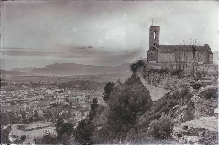 """Iglesia de Sant Andreu, siglo IX, situada en el """"pla del Castell"""", en la población de Tona (Barcelona). Aunque se especula que es más antigua, fue consagrada en el 889. Se mezclan diferentes estilos de construcción, pre-románico, románico, renacentista etc.  #tona #osona #rinconesdecataluña #paseandoporcataluña #niceplaces #blackandwhite #blancoynegro #viejostiempos #oldtimes #historia #arquitectura #bajaedadmedia #construccionreligiosa #freelife #freelifestyle #processingraw #filters…"""
