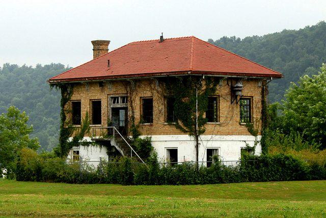 Abandoned Building - Old Leavenworth Lock and Dam Control Building by danjdavis, via Flickr