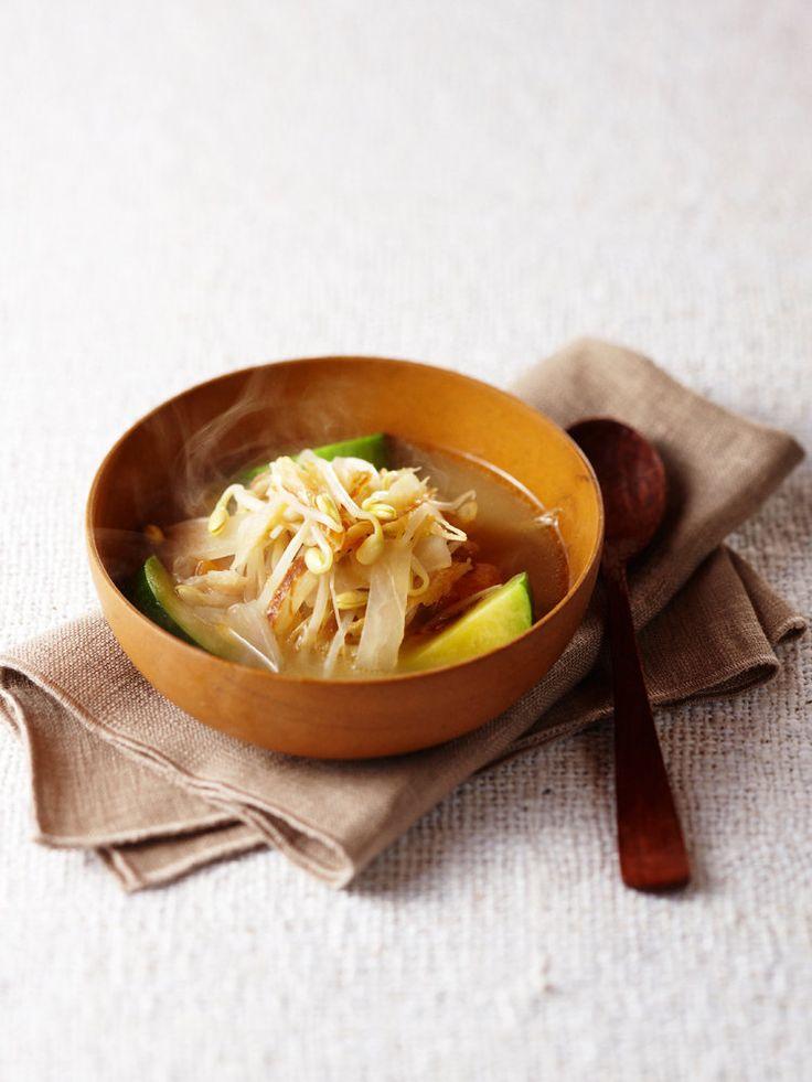 干したたらを炒め、ブイヨンで煮込んだうまみたっぷりのスープ。高たんぱくで低脂肪のたらは干すことでさらに味わいがアップする。亜鉛やカリウムなどのミネラルも豊富に含み栄養価も抜群。陽の野菜である根菜に味もしみてほっこりとした一品。|『ELLE a table』はおしゃれで簡単なレシピが満載!