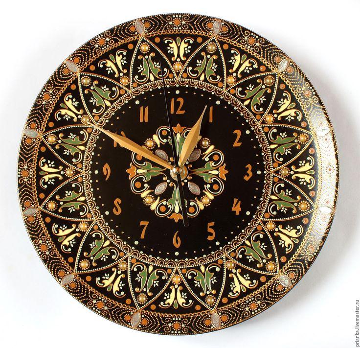 Купить или заказать Сказки Бажова. Интерьерные часы в технике точечной росписи. в интернет-магазине на Ярмарке Мастеров. По орнаменту у меня эти часики ассоциируются с драгоценно-малахитовыми сказками Бажова. В узор тонко вплетены декоративные полубусины. Часы отлично впишутся в интерьер в этническом или классическом стиле. В комплект к часам можно подобрать пару тарелок в тон, для гармоничной и стильной композиции:) Механизм с бесшумным плавным ходом.