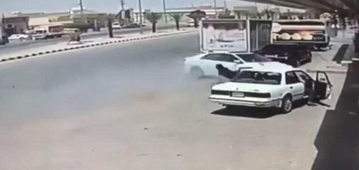 بالفيديو نجاة مقيم بأعجوبة من حادث دهس مروع في القيصومة اخباريات Road Vehicles Highway