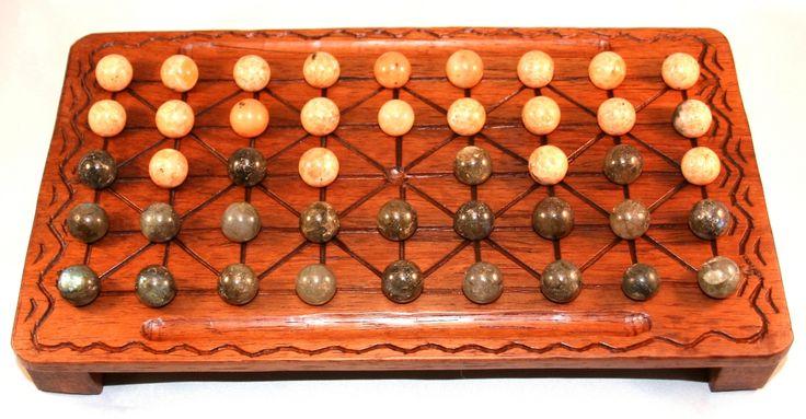 plateau de jeu de fanorona en bois de palissandre avec des pions en pierres naturelles: des labradorites et des calcites