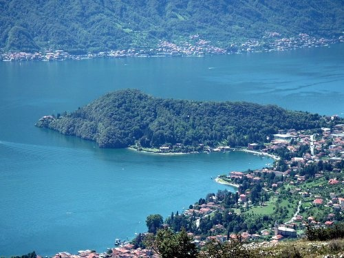 On that little cape on the right side of the Golfo di Venere (Venus Gulf) in the heart of Como lake... here is your next holiday apartment.