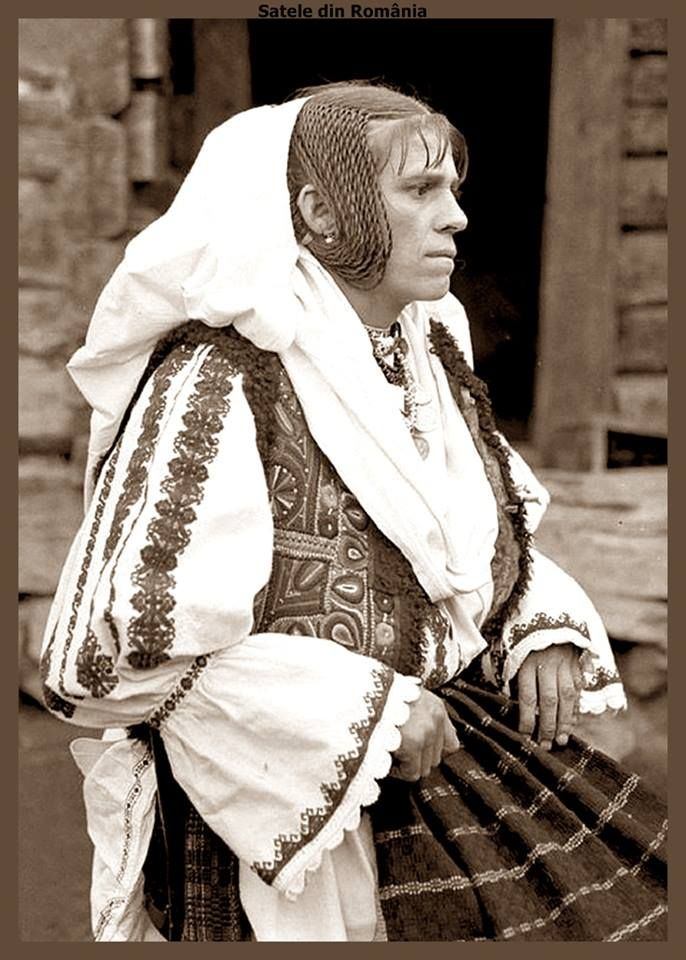 Romanian Woman in popular costume from Lunca Cernii, Hunedoara. Approx. 1930 Fotograf: Denis Galloway