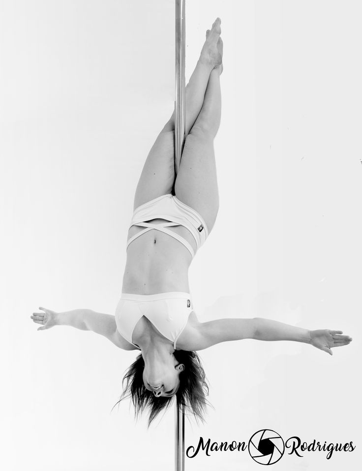 Inverted crucifix figure de pole dance en shooting photo dans le studio Pole Académie en France Athlète : Léa Perrillat Photographe : Manon Rodrigues