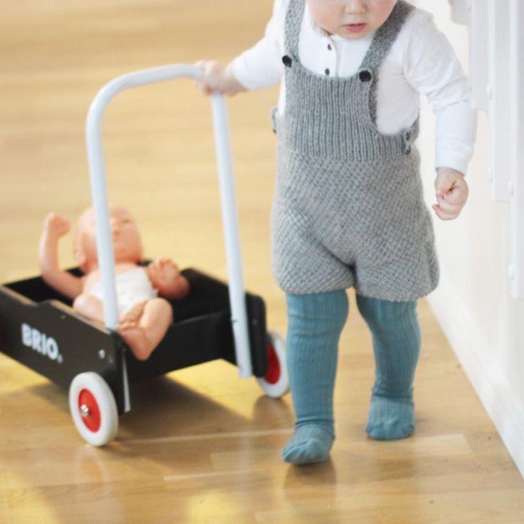 """  f i n a n t r e k k   Her er Noah i årets juleantrekk #perleseleshorts #knitsandpieces #sandnesgarn #garnbutikkenfios #guttestrikk #strikkedilla…"""