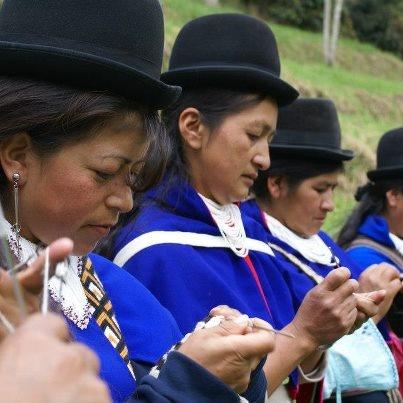 Las mujeres indígenas de Colombia sufren una triple discriminación por razones de género, por su situación de pobreza y por ser indígenas. Les ayudamos en la venta de sus productos artesanales para obtener unos ingresos, que les ayuden a alcanzar su propia autonomía y mejorar su autoestima.