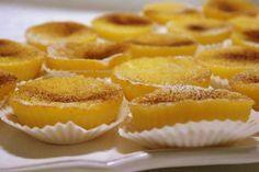 Queijadas de Leite e Laranja Ingredientes: 2 ovos 300gr açúcar 50gr margarina derretida 130gr farinha 1/2 l leite Sumo e raspa de 1 laranja Canela e açúcar em pó para polvilhar Margarina para untar Preparação: Unta-se as formas com a margarina (sendo de silicone não precisa). Ligar o forno a 180ºc. Batem-se todos os ingredientes …