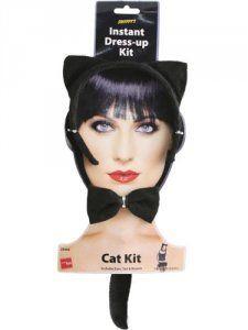 Set gattina, in similpelle lucida nero e finiture in bianco.Il set è composto da 1 cerchietto con orecchie gatto e boa bianco, 1 paio di polsiniere, 1 coda. Smiffy's 22299