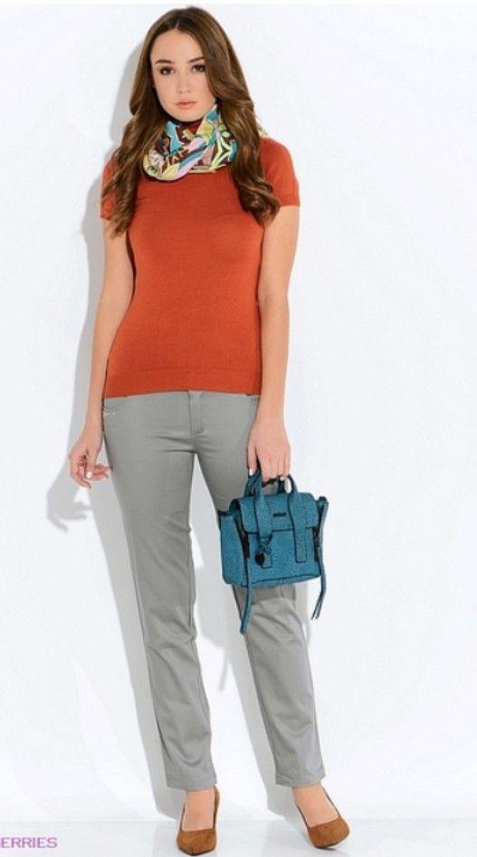 Серые брюки, оранжевый кардиган, шарф зеленая сумка, коричневые ботильоны