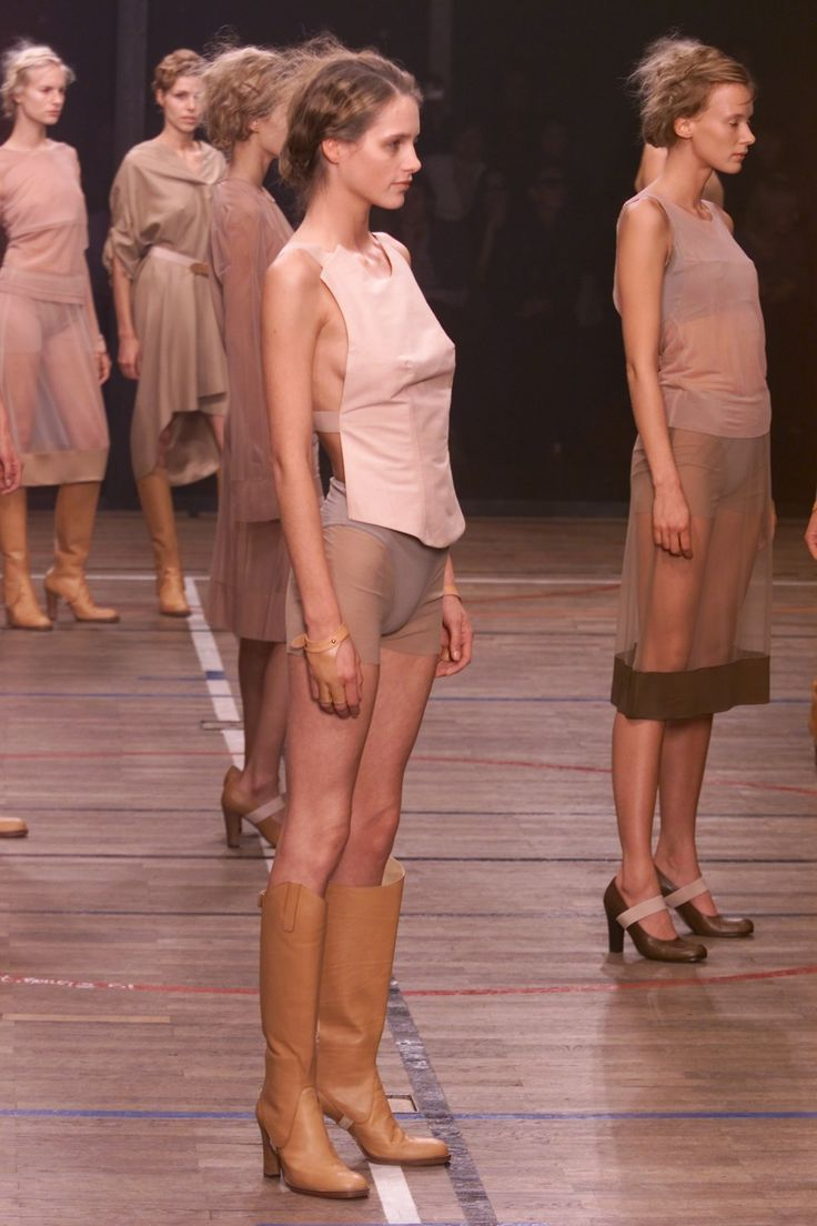 The complete A.F. Vandevorst Spring 2001 Ready-to-Wear fashion show now on Vogue Runway.