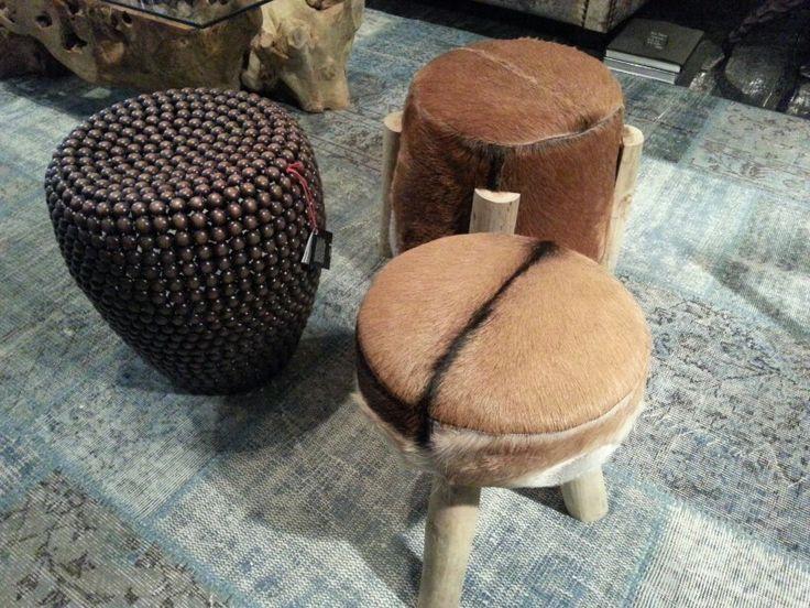 Stools/tabourets/krukjes van dierenhuid van Le Comptoir en antique copper van Pols Potten.