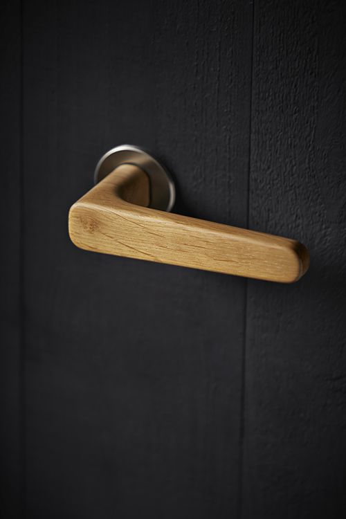 The Holt lever handle is crafted in the UK from  FSC accredited oak and then precision finished with  5% matt interior lacquer. Durable steel components are inserted into the lever handle and then secured to the Quadaxial fixing rose manufactured from Grade 316 satin stainless steel.