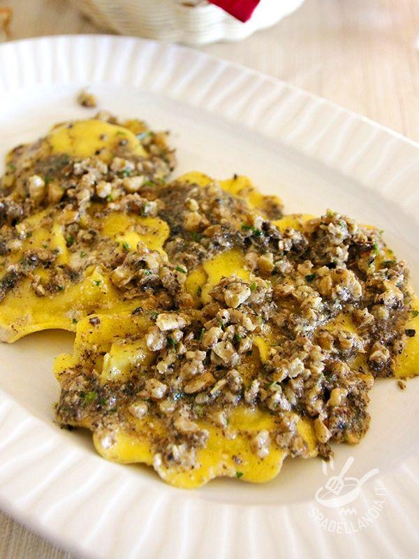 Ravioli with mushrooms and truffles - I Ravioli con funghi e tartufo sono una raffinatezza di prim'ordine, da servire per una cena elegante o ai propri cari, per farli felici. #ravioliaifunghi #raviolialtartufo