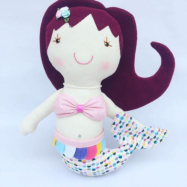 Muñeca Sirena hecha de tela de algodón y fieltro. Se puede personalizar con el nombre de la niña y colores ☺️ #muñeca  #sirena #doll #handmadedoll #handmade #felt #feltdoll #sirena #sirenita #sereia #boneca #bonecadepano #muñecadetrapo #ragdoll #mermaid #etsy #etsyshop #etsylove #etsybaby #girl #gift #hechoamano #regaloniña #bonecasereia #cute #toy #instakids #instadoll