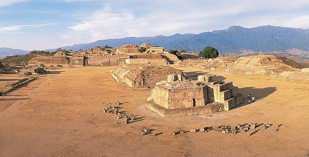 #MonteAlbán es un sitio arqueológico amplio y constituye el centro ceremonial más grande e importante de la cultura zapoteca. Se encuentra sobre un cerro cuya cima fue aplanada por la primera cultura que la habitó. La mayoría de los templos y edificios existentes son pertenecientes a la época en la que la habitaron los zapotecos.