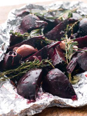 Pečená červená řepa: Ingredience: řepa červená 1 kilogram, česnek 5 stroužků (velké stroužky), olej olivový 2 lžíce, ocet Balsamico 2 lžíce, med 1 lžíce, bylinky 5 snítek (tymián, rozmarýn apod. - nemusí být), pepř mletý, sůl.