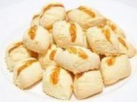 Biscoito de nata e maizena: 2 copos de amido de milho Maisena 1 copo de farinha de trigo 1 copo de açúcar 1 copo de nata 2 colheres (sopa) de margarina 1 colher (sopa) de fermento em pó químico 1 pitada de sal