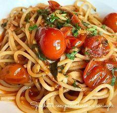 Come tutti i primi piatti della nostra amatissima cucina, anche gli spaghetti con pomodorini e acciughe necessitano di pochissimi ingredienti di qualità