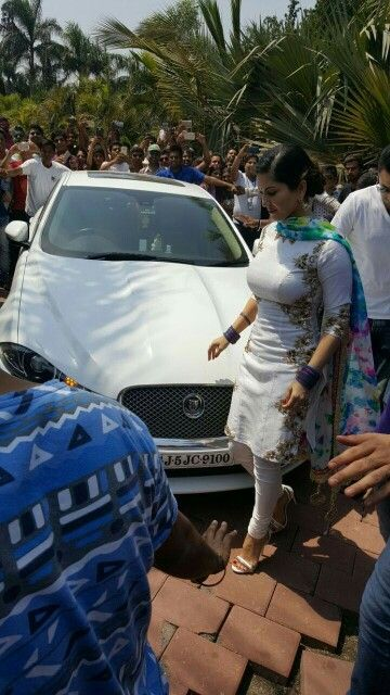 Sunny Leone is arriving in a Jaguar for Holi Party at Surat, Gujarat on 24 March, 2016. This is misrepresented in Imgur. Sad.